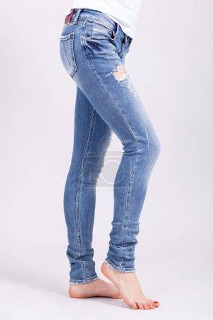 Photo pour Gros sexy femme portant des jeans bleus. Forme féminine fesses en jeans. - image libre de droit
