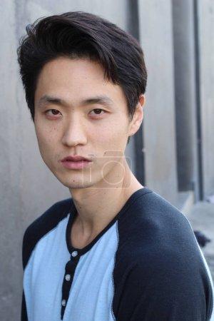Photo pour Asiatique homme avec expression neutre gros plan - image libre de droit