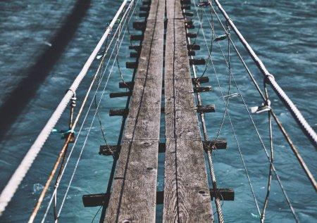 Photo pour Pont suspendu. pont au-dessus de la rivière - image libre de droit