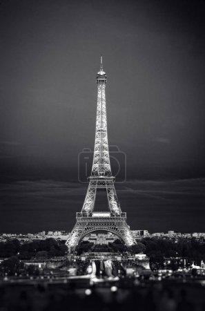 Photo pour Tour Eiffel de nuit. Célèbre monument historique sur les quais d'une rivière Seine. Romantique, touristique, symbole de l'architecture. Tonifiée. 24.04.2018 Paris, France - image libre de droit
