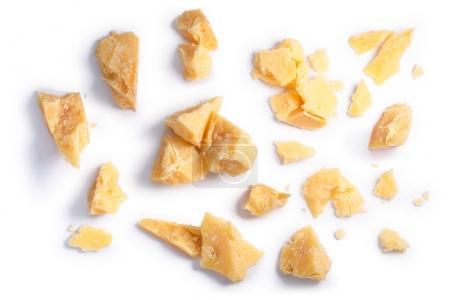 Photo pour Fromage à pâte dure (parmesan, parmesan), morceaux rugueux, piles, miettes. Coupant les chemins, ombre séparée, vue du dessus - image libre de droit