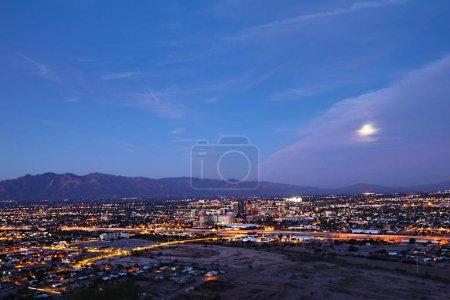 Foto de El Tucson, Arizona centro de la ciudad por la noche - Imagen libre de derechos