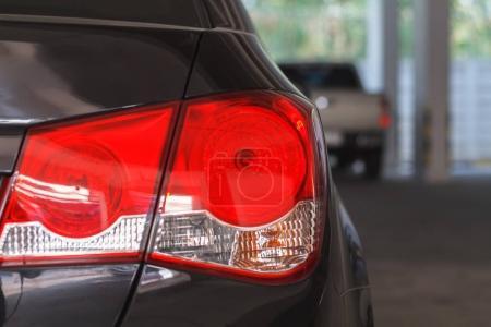 Photo pour Fermer le feu arrière et les feux de voiture - image libre de droit