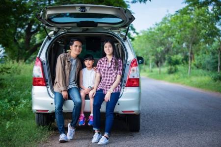 Photo pour Fillette heureuse avec une famille asiatique assis dans la voiture pour profiter de la route des vacances voyage et de l'été en camping-car - image libre de droit