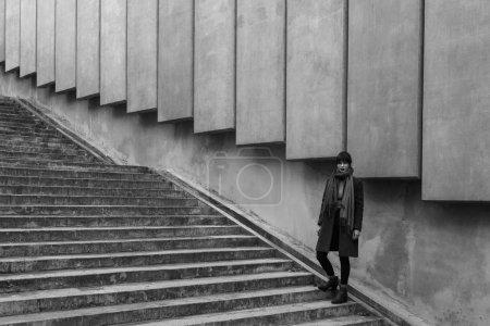 Photo pour Belle jeune femme debout à l'escalier extérieur - image libre de droit