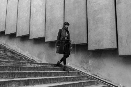 Photo pour Belle jeune femme descendant les escaliers en plein air - image libre de droit