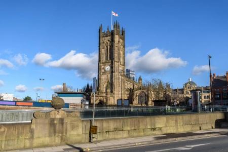 Photo pour Vue de l'extérieur de l'édifice médiéval célèbre de la cathédrale du pont de Manchester et victorienne au Royaume-Uni - image libre de droit