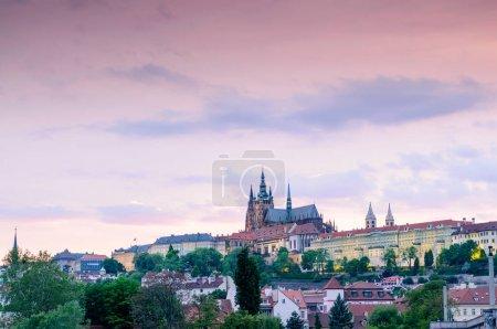 Photo pour Panorama du château de Prague sous le ciel violet et la cathédrale Saint-Vitus, République tchèque - image libre de droit