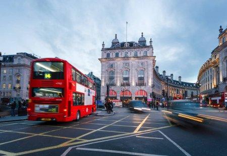 Photo pour Des piétons et des autobus à deux étages passent devant les panneaux clignotants de Piccadilly Circus, Londres, Royaume-Uni . - image libre de droit