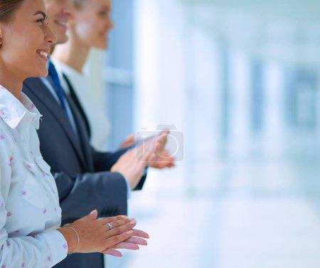 Photo pour Les gens d'affaires applaudissent - félicitations et concepts d'appréciation . - image libre de droit