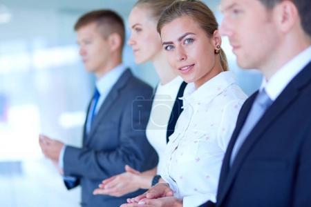 Photo pour Le sourire des gens d'affaires applaudir une bonne présentation au bureau. Sourire des gens d'affaires. - image libre de droit