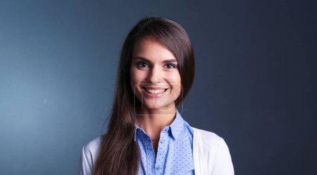 Foto de Retrato de una empresaria, sobre fondo oscuro. Mujer sonriendo. Retrato de una mujer - Imagen libre de derechos
