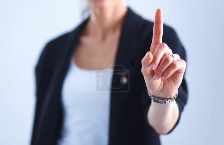 Photo pour Femme touchant un écran imaginaire avec son doigt . - image libre de droit