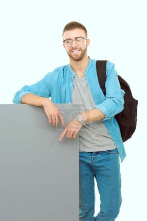 Foto de Retrato de un sonriente estudiante masculino con tablero en blanco. Oportunidades de educación. Estudiante universitario. - Imagen libre de derechos