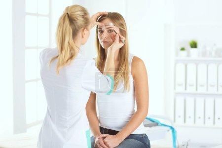 Photo pour Maquillage permanent pour les sourcils. Gros plan d'une belle femme avec des sourcils épais dans un salon de beauté - image libre de droit