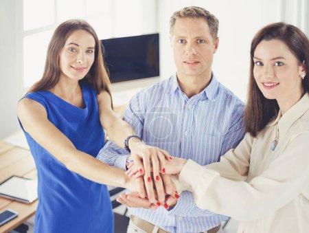 Photo pour Collègues de travail travaillant main dans la main au bureau. - image libre de droit