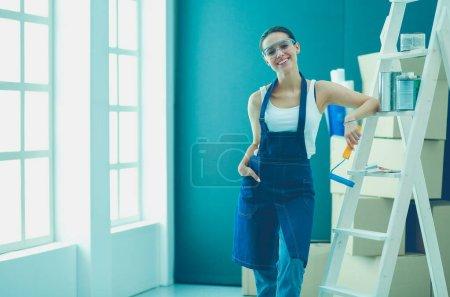 Photo pour Portrait de jeune femme tout en appartement neuf de standing - image libre de droit