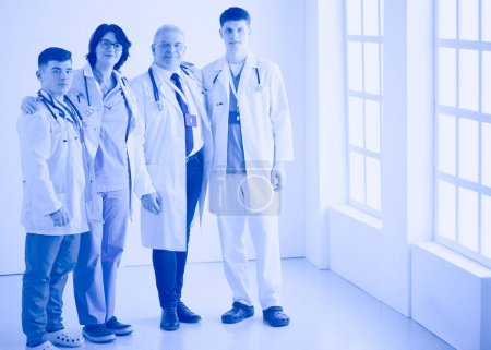 Photo pour Équipe médicale réussie. Équipe de médecins confiants se tenant ensemble et souriant. - image libre de droit