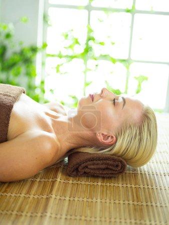 Photo pour Belle femme en spa centar appréciant le massage. Femme dans le salon spa. - image libre de droit