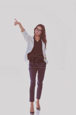 Photo pour Une femme d'affaires vous montre du doigt en regardant la caméra. Isolé sur fond blanc. Femme d'affaires . - image libre de droit