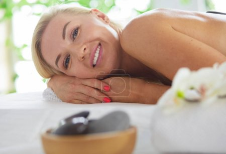 Photo pour Belle femme de spa se trouvant sur la serviette dans le salon de spa. - image libre de droit