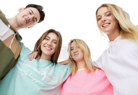 Photo pour Portrait d'amis adolescents heureux debout ensemble . - image libre de droit