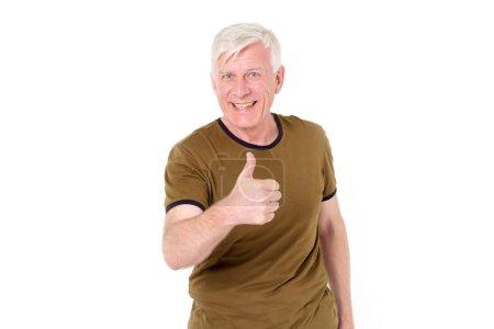 Photo pour Homme adulte aux cheveux gris tient un pouce vers le haut isolé sur un fond blanc . - image libre de droit