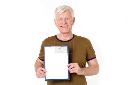 Photo pour Garantie ! Homme adulte avec les cheveux gris tient un blanc pour l'inscription debout sur un fond blanc isolé. Service de livraison. Place pour le texte . - image libre de droit