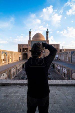 Photo pour Vue arrière du photographe homme prenant des photos de la mosquée à Khasan, Iran . - image libre de droit