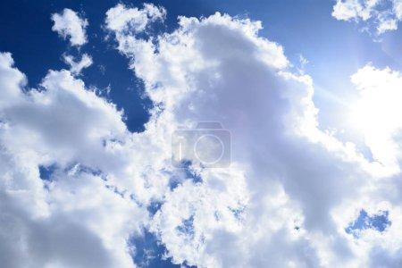 Photo pour Fond de ciel bleu avec nuages - image libre de droit