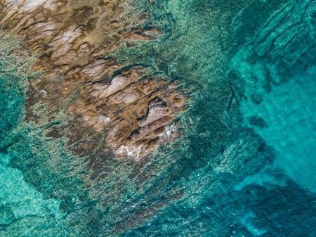 Photo pour Vue aérienne de la mer tropicale et du rocher - image libre de droit