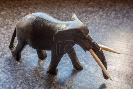 Photo pour Pachyderme sculpté avec défenses - image libre de droit