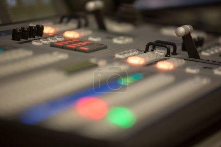 Photo pour Mélangeur vidéo et audio de studio de diffusion - image libre de droit