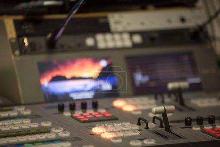 Photo pour Broadcast mélangeur mélangeur vidéo et audio studio - image libre de droit