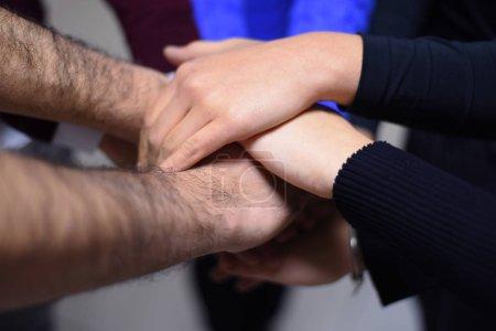 Photo pour Étudiants de niveau collégial Travail d'équipe Stacking Hand Concept. Gros plan des jeunes qui mettent leurs mains ensemble. Des amis avec une pile de mains qui font preuve d'unité et de travail d'équipe. - image libre de droit