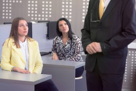 Photo pour Beau professeur mature et étudiants en salle de classe de laboratoire informatique. les élèves écoutent la leçon de leur professeur. - image libre de droit