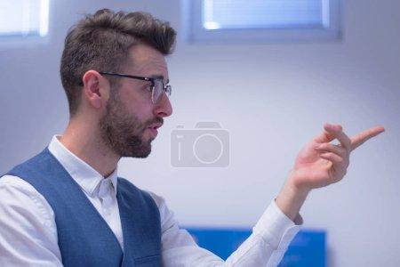 Photo pour Les jeunes étudiants à l'écoute de la conférence avec intérêt sur l'université, professeur leur expliquer. - image libre de droit