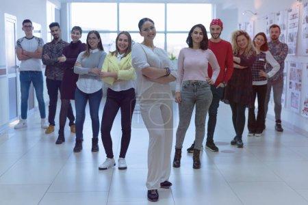 Photo pour Concept mode de vie, éducation et personnes, Groupe de jeunes étudiants universitaires debout et regardant la caméra. - image libre de droit