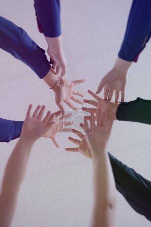 Photo pour Étudiants du collège Travail d'équipe Empilement concept de la main. Gros plan de jeunes gens mettant leurs mains ensemble. Amis avec pile de mains montrant l'unité et le travail d'équipe . - image libre de droit