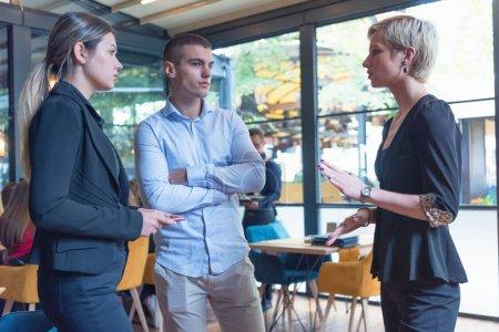 Photo pour Groupe de jeunes gens d'affaires brainstorming et discuter du plan d'affaires sur la réunion à l'intérieur lumineux ensoleillé de bureau. - image libre de droit