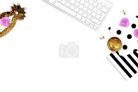 Vue de la table éléments de bureau, fond blanc