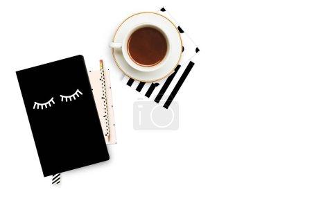 Photo pour Bureau de femme élégante. Tasse à café et articles sur la table. Maquette d'oeuvres d'art. Découvre d'en haut. Poser de plat. - image libre de droit
