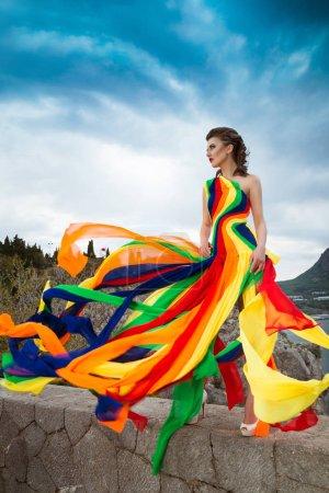 Photo pour Belle femme sexy glamour modèle de mode porter robe élégante. La Crimée. Gurzuf - image libre de droit