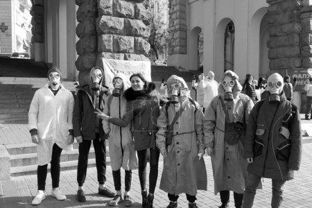 Photo pour Kiev, Ukraine - 14 mars 2020 : les citoyens en costume de protection contre l'épidémie . - image libre de droit