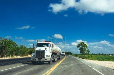 Photo pour Vue de face du camion semi remorque Cargo sur une autoroute - image libre de droit