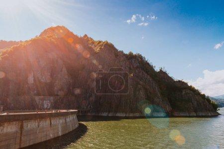 Photo pour Lac de barrage Vidraru en Roumanie - image libre de droit