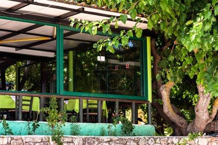 Photo pour Table de restaurant extérieure vide au coucher du soleil. vacances de voyage - image libre de droit