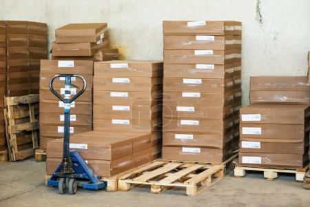 Photo pour Boîtes d'emballage en papier brun dans une salle de stockage - image libre de droit