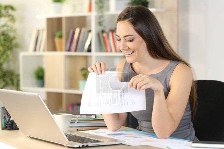 Photo pour Femme entrepreneur heureux rupture contrat assis sur un bureau à la maison - image libre de droit