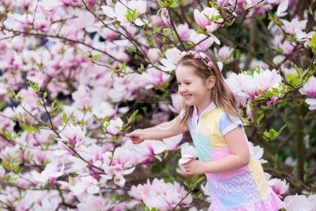 Niño con flor de magnolia. Niña con flores
